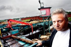 """Minskad konkurrens bland sågverken innebär att det går bättre för sågen i Hissmofors. """"Vi ser en tydlig uppgång nu"""", säger Ulf Jaarnek, produktionsplanerare,"""