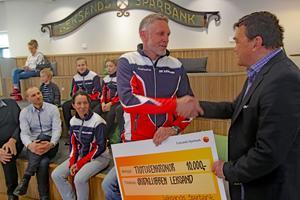 Skidklubbens ordförande, Lars Sarenmark fick ta emot stipendiet av Lars