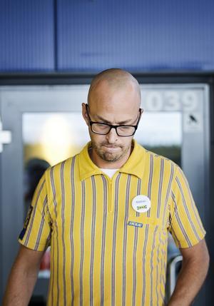 Märkbart  tagen. Varuhuschefen Mattias Johansson hade svårt att hålla tillbaka tårarna. Foto: Sara Linderoth