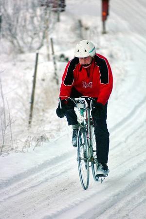 En stilstudie av Johan Roos på cykelrunda. Sin första cykel fick han av en morbror när han var i sjuårsåldern.                                                Foto: Ingvar Ericsson