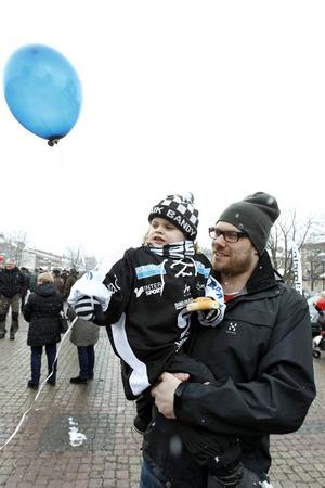 Jens Sundström med dottern Nimla Sundström-Westerholm som tog med sig en ballong till kalaset.