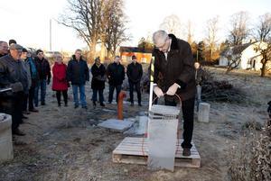 Invigt. Istället för att klippa band fick landshövding Ingemar Skogö koppla ihop två ledningar vid fiberskåpet vid Tibble by.
