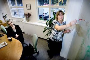 """NY TEKNIK. """"Vi vill ge trygghet och makt åt de som sitter hemma så att de kan klara sig själva så länge de själva vill"""",                 säger Ingrid Amrén (till vänster), vd i Open Care, som till sin hjälp har projektledaren Lena Furubacke.Foto: Catharina Sandström"""