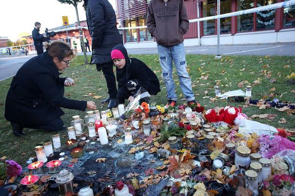 Avspärrning utanför skolan Kronan i Trollhättan. Två personer avled av sina skador när en knivman attackerade elever och personal på skolan under gårdagen.