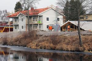 Bygget vid Älvstranden i Edsbyn ledde till en fråga under måndagens kommunfullmäktige.