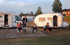 Svensk sommar när den är som bäst? Cecilia Ljung, Dag Malmberg, Henrik Hjelt och Susanne Thorson i komedin Camping – den perfekta utsikten på Majstångsplatsen i Tällberg.