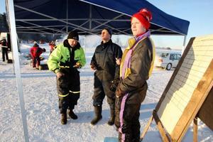 Herröborna ställde upp med både plogning av vägar och som tidtagare när en improviserad tävling kördes på Svegssjön.Foto: Håkan Degselius