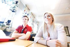 Per-Ola Gradin och Josefine Blom går båda i klassen SA14N på Borgarskolan och tyckte att de fick lära sig bra saker om försäkringar, inkassoprocessen och avbetalningar när bankrådgivaren Anna Leima föreläste om privatekonomi.