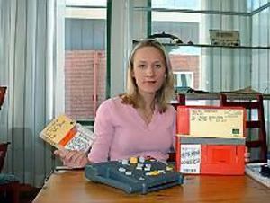 Foto: ULF GRANSTRÖM Revolution för läshandikappade. Charlotte Wallberg håller upp en vanlig kassett bok som innehåller 23 kassetter och som jämförelse en Daisy-bok, en enkel cd-romskiva. I förgrunden en Daisy-spelare - enkel att hantera för varje läshandikappad.