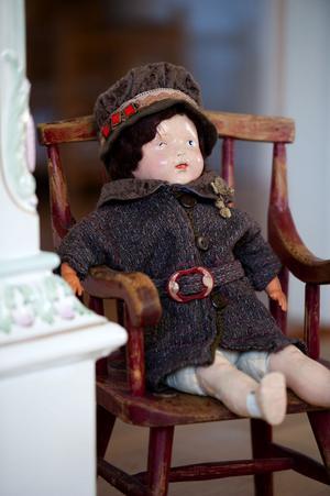Dockan från 1920-talet har Monica fått av en bekant och stolen har hennes man Lars-Olov suttit i när han var liten.