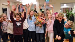 Isabella Stier och Elliot Solig med sin klass från Norra Vallbyskolan. Foto: Eva Kleppe/Sveriges Radio