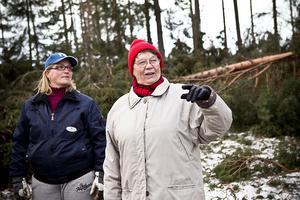 Ingrid Nord (till höger) och dottern Ulrika Nord Wickman undersöker fritidsfastigheten i Borr, Ljusdal.