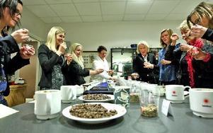 Elva smaker ska reduceras till fem – sex och arbetskamraterna sörplar diskret för att få fram sin egen bästa blandning.