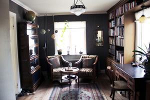 Det mysiga biblioteket har Björn och hans pappa platsbyggt.