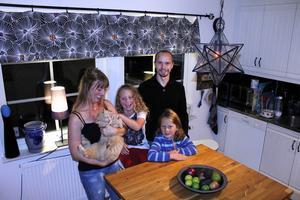 Frida Ström och Stefan Göransson och barnen August, 9, och Alfred, 7, kände inte till Knivsta, men flyttade dit från Stockholm när de insåg att de hade råd med en villa där. I deras bostadsområde kryllar det av barn och kommunikationerna till Stefans jobb i Stockholm är goda.
