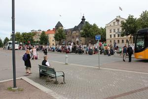 På Hamntorget bakom tågstationen i Gävle var det fullt med folk som fick fortsätta sin resa med buss.
