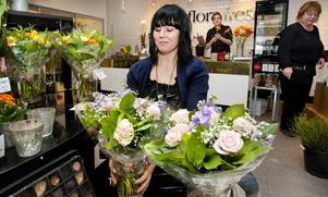 Önskar fler grannar. Blombutiken Mästerblomman har nyligen flyttat in i nya lokaler i Postgallerian. Ägaren Lena Jönsson trivs men hoppas snart få fler grannbutiker i den halvtomma gallerian i centrum.foto: rune jensen