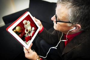 Ulf Häggqvist har som vanligt intervjuat tomten inför julen. Tomten erkänner att julklapparna egentligen inte var hans idé – och poängterar att det viktigaste ändå är kärleken och värmen.