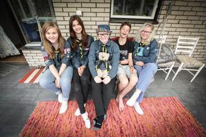 Vilma Lindow, Julia Karström, Nova Hamrén, Mattias Rudebjer och Tilda Höög åker på scoutläger till Japan.