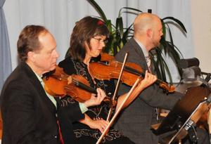 Bengt-Eric Norlén, första fiol, Annelie Rydh, andra fiol och Stefan B Nilsson, piano framförde verk av lokala kopositörer under fredagens konsert i Ede, Offerdal.