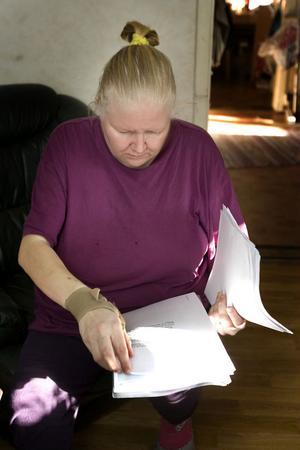 I ett tunt kuvert finns alla papper som sociala skrivit om den unga Annelie Olsson. Inga uppgifter från barnhemmet finns med. –Jag blir förbannad när jag läser det