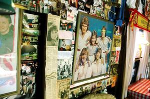 Staffan Olofsson har samlat på sig mängder med bilder, tidningsurklipp och scenkläder från sin 40 år långa karriär som dansbandsmusiker.