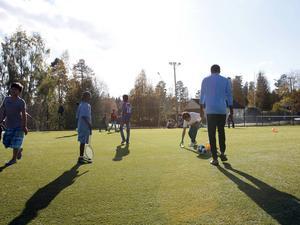 Många barn och ungdomar var på plats för att testa den nya konstgräsplanen som består av två delar. Den ena delen kan användas till tennis och fotboll medan den mindre delen har basketkorgar och mindre mål för till exempel bandy.