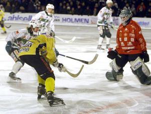 Så här nära var Stefan Larsson från att ge Broberg poängvittring när han sprätte upp bollen på Daniel Kjörlings axel i mitten på andra halvlek.