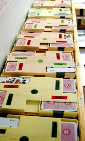 Kortlekarna. Alla spelkorten blandas före en tävling och placeras i särskilda brickor.