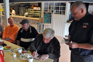 Thomas Jansson, som driver Säterdalen, passade på att få sina skivor med Lucas signerade av Janne Lucas Persson och Ulf Caresten. Till vänster: Kenneth Backelin, The Flippers.