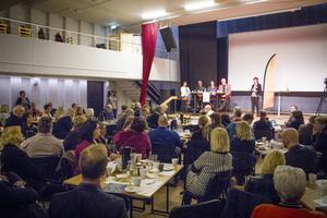 Många kom för att besöka debatten. Från vänster Yoomi Renström (S), Raimo Pärssinen (S), Tomas Tobé (M) och Anders W Jonsson (C) under måndagens paneldebatt.