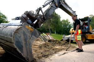 Ronny Öhman vid Fuhab har fullt upp i sommar. Han och hans arbetskamrater ska gräva upp cirka 400 kvadratmeter runt Skönsmons förskola i sommar.