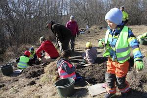 Alla groparna är fyllda med barn som letar - och hittar - fynd från färjkarlens tid.