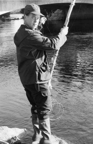 Ort: Sillerboån, Ljusdal   Rubrik: Rekord-kort fiske i Ljusdals vatten.   Bildtext: Tomas Jonsson, Ljusdal, som valt Sillerboån som fiskevatten, gör en tidig koll i en kräftbur. Men den här gången var det sämre med fiskelyckan.