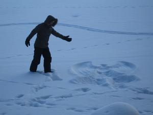 Rekord kallt i Virsbo den här Trettondagen 6 Januari,termometern visade -26 grader,men en vacker vinterdag.Vi trotsar kylan och går en  promenad på Virsbosjön,min ängel Raija Karlsson får för sig att göra en snöängel på isen och den värmde så gott i kylan.