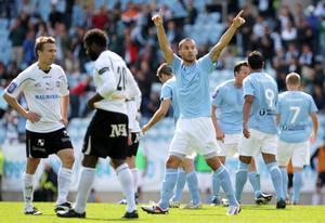 Guillermo Molins jublar efter 1-1-målet. Samuel Wowoah och Fredrik Nordback deppar.