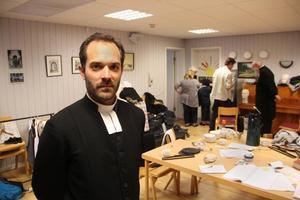 Jesper Söderblom är släkt med Nathan Söderblom men har valt skådespelaryrket i stället för teolog.
