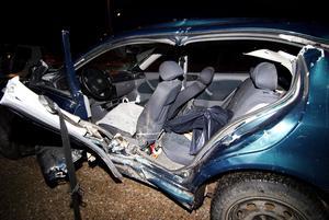 I den andra krocken fick en av bilarna klippas upp för att få ut en fastklämd kvinna. Foto: Mikael Hellsten.