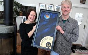 Sanna Seppänen och Anders Björnhager gör statyetterna som ska delas ut på Dalecarlia music awards. Foto: Jonas Stentäpp