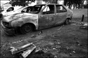 En uppbränd bil under kravallerna i Frankrike 2005.