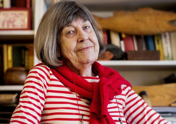 Margareta Magnusson samlade sina tankar och erfarenheter kring städning och skrev en bok som nu släpps på tjugo språk. Att hålla undan och ständigt organisera bort saker är vad hon kallar döstädning. Margareta är 82 år och bor i Stockholm.