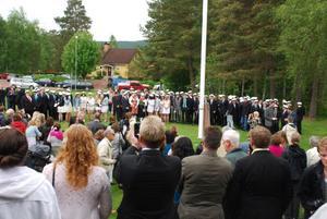 Innan marschen till kyrkan samlades alla elever för att sjunga Studentsången, Sveriges Nationalsång ( det gick väl så där) och fotograferas.