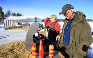 Olav Nordén och Kerstin Adler grillar korv till besökarna.