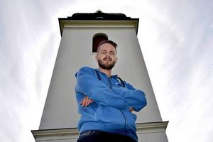 – Landstinget Västernorrland säger till oss att man vill vara den mest produktiva enheten i hela Sverige som bedriver vård i framkant. Men man vill betala de sämsta lönerna, säger Oskar Malker, anestesisjuksköterska på Sundsvalls sjukhus.
