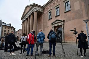 Journalister väntar utanför Köpenhamns byrett inför häktningsförhandingen mot uppfinnaren Peter Madsen.