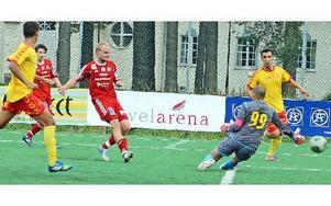 Andreas Hedlund har fått fritt läge två minuter före slutet och gör segermålet 4–3. Foto: Sven-Erik Karlsson