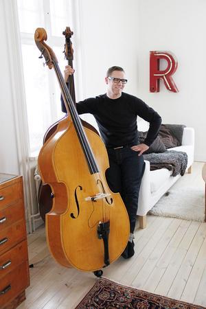 Lars Näsman i spelhörnan hemma i huset på Stenevägen i Järvsö.