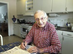 Lars Hammarlund är en flitig korsordslösare och i dag fyller han 85 år.