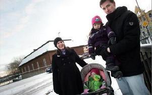 -- Vi kommer att välja läkare på Tisken där vi reda går, berättar Petra Nilsson och Henrik Strömqvist med barnen Fiona, 2 i vagnen, och Bianca, 3,5. FOTO: ANNIKA BJÖRNDOTTER