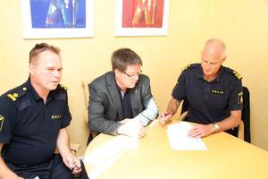 Leif Pettersson (S), kommunalråd, och Mats Lagerblad, lokalpolisområdeschef, undertecknar Medborgarlöftet i Ludvika. På bilden även Lars-E Karlsson, kommunpolis för Ludvika/Smedjebacken.
